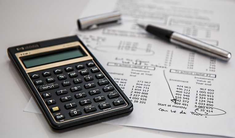 Co lepsze dla firmy – księgowy na etacie czy usługi zewnętrznej firmy