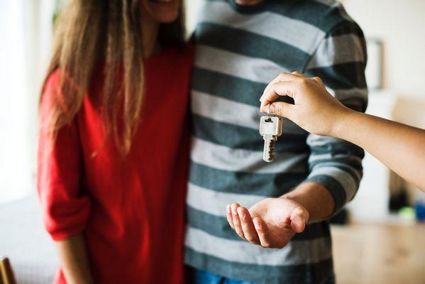 Czy warto korzystać z usług biur nieruchomości?