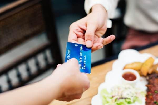 Czym jest karta prepaid i czy warto ją mieć?