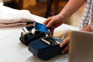 Raport NBP: jest coraz więcej kart płatniczych i płatności zbliżeniowych, coraz mniej bankomatów